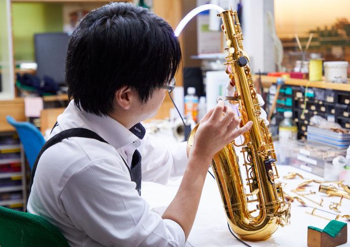 専門の管楽器リペアスタッフ
